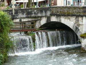 Seix. Le pont central et l'écluse sur le canal