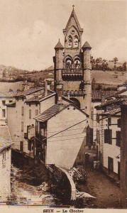 Seix. Le clocher de l'église et la maison à double balcons