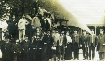 Les cheminots posant devant leur machine